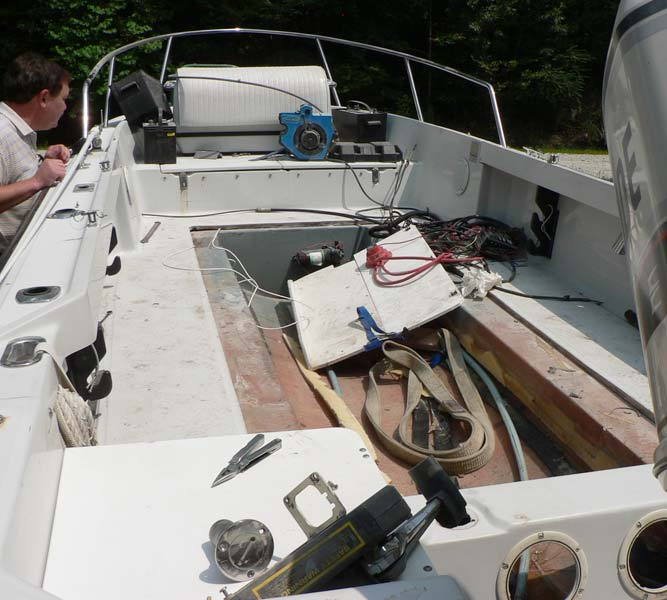 Photo: Boston Whaler OUTRAGE 19-II cockpit under repair
